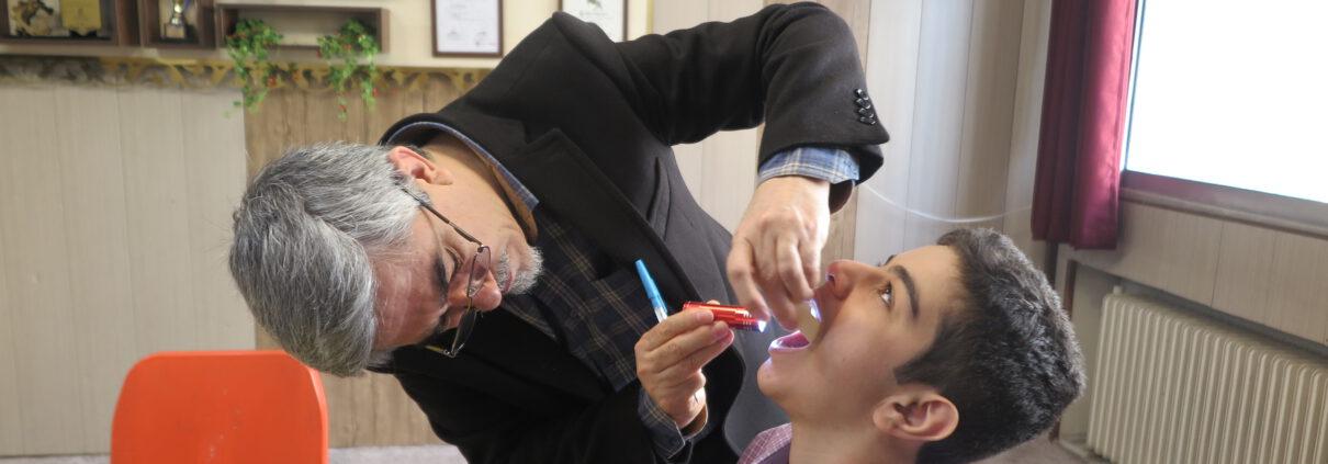 معاینه دهان و دندان دانش آموزان
